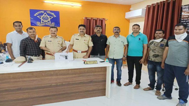 देसी रिवाल्वर के साथ एक गिरफ्तार