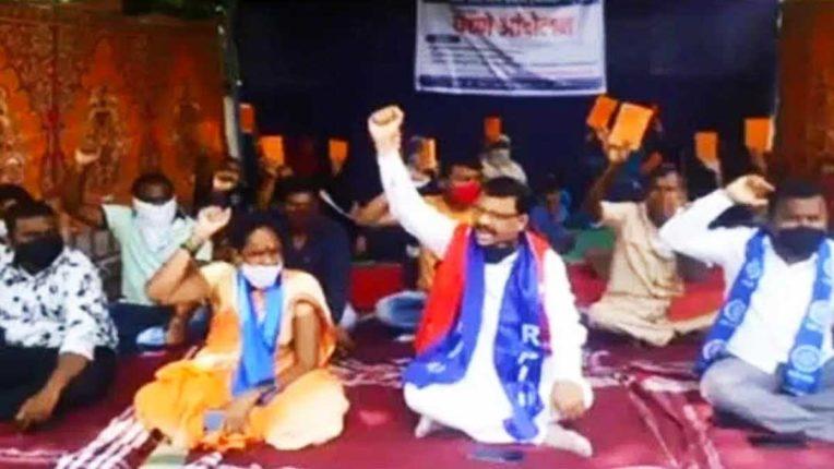 केशरी राशनकार्ड धारकों को अनाज दिलाने रिपाई ने किया आंदोलन