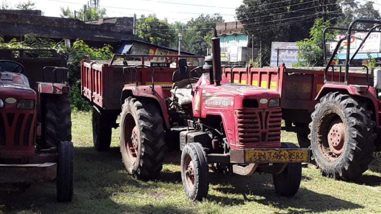 4 tractor caught smuggling sand