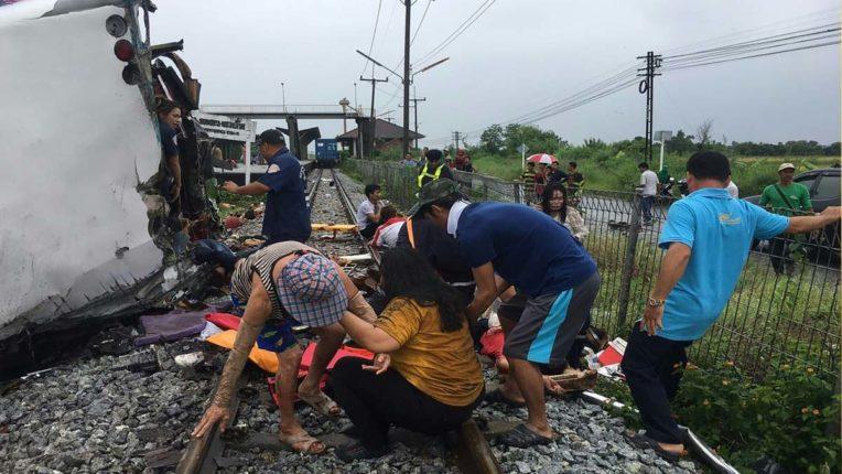 थाईलैंड में बस और ट्रेन की टक्कर में 17 लोगों की मौत
