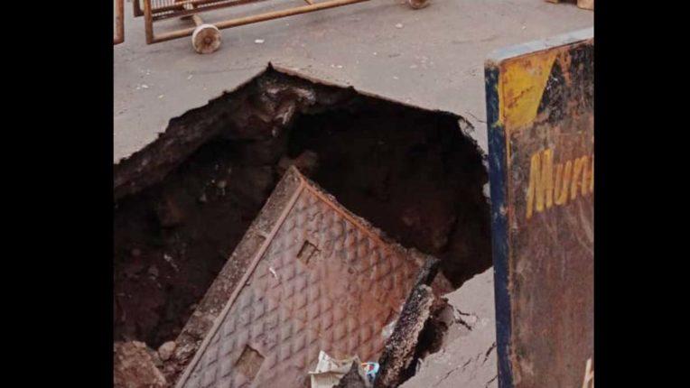 धारावी में मेनहोल सहित 5 फुट धंसी सड़क