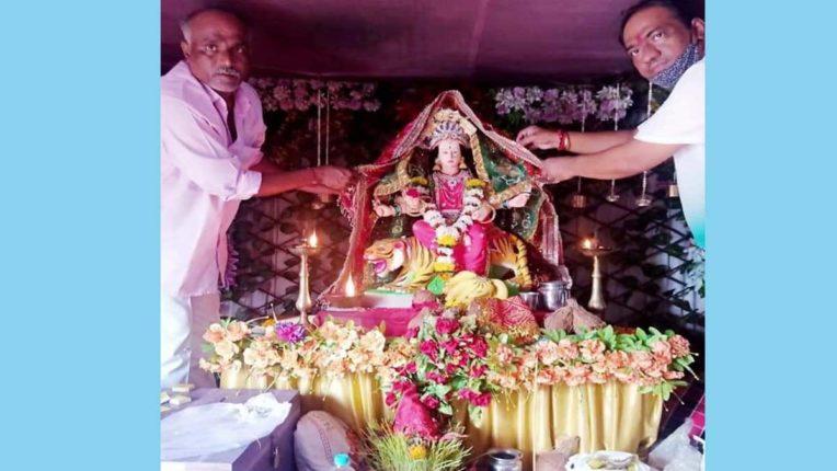 भक्तों ने मां दुर्गा को दी विदाई, कोरोना खत्म करने की प्रार्थना