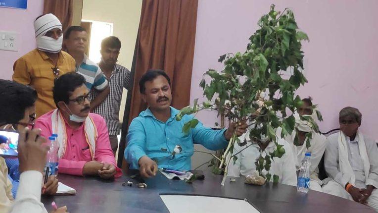 राज्य और केन्द्र सरकार के झगडे में किसानों का नुकसान