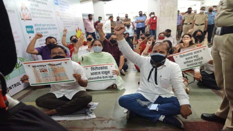 प्रत्यक्ष महासभा की मांग पर भाजपा का मनपा मुख्यालय पर आंदोलन