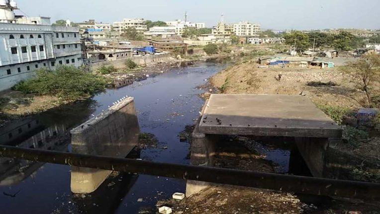 वालधुनी नदी पर बने अधूरे पुल के काम को पूरा करने की मांग