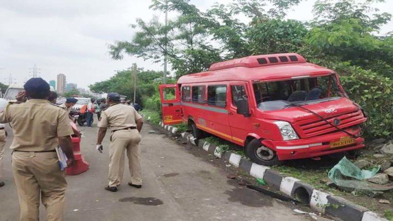 बाइक सवार को बचाने के चक्कर में बेस्ट बस दुर्घटना ग्रस्त, 16 यात्री घायल