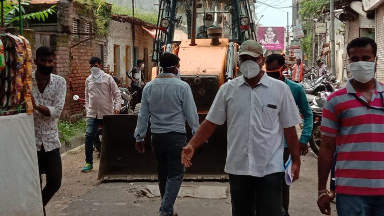 फिर चला मार्केट में मनपा का बुल्डोजर, 2 ट्रक साहित्य जब्त
