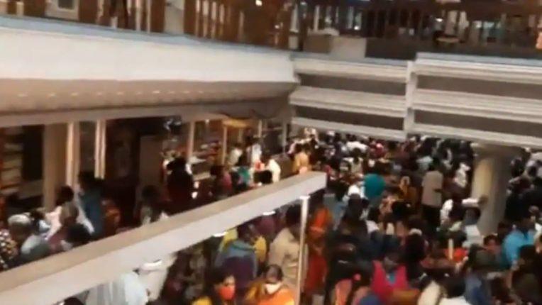 साड़ी खरीदने के लिए जब लगी लोगो की भीड़, चेन्नई कॉर्पोरेशन ने कर दिया दुकान को सील