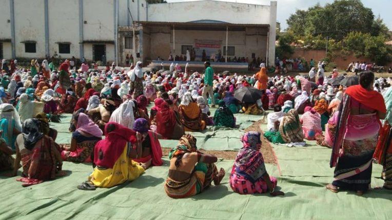 पुसद में उमेद के निजीकरण को रोकने के लिए महिलाओं का एक दिवसीय धरना आंदोलन
