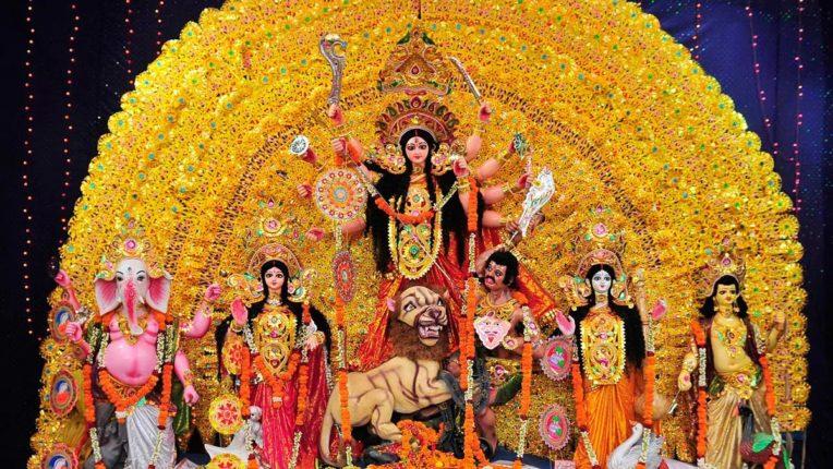 कोलकाता में सदियों पुराने घरेलू मंडपों में दुर्गा पूजा में दर्शकों की भीड़ कम