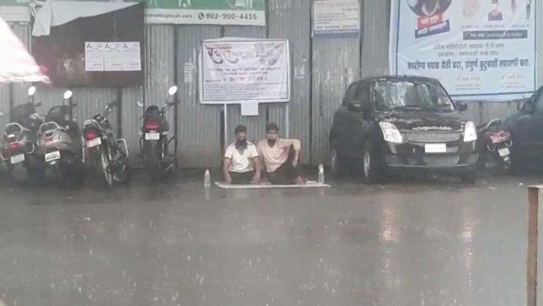 निर्णय के खिलाफ भरी बरसात में अनशन पर विद्यार्थी