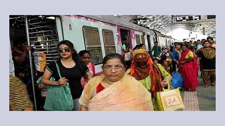 लोकल ट्रेनों में महिलाओं के लिए प्रवास का समय बदलें