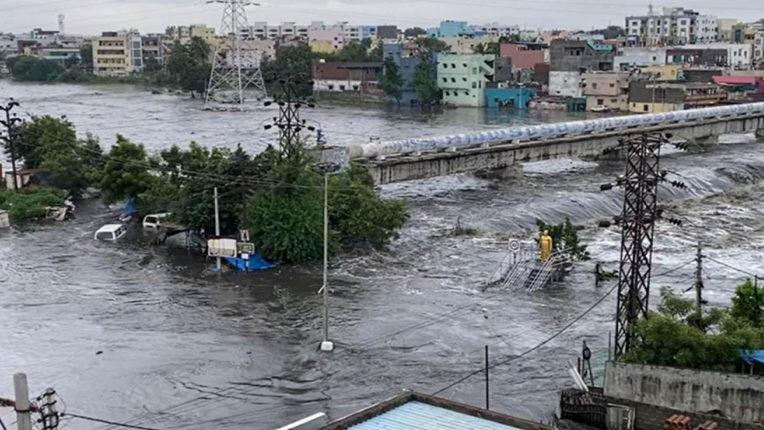 बारिश के कारण तेलंगाना में मृतक संख्या बढ़कर 70 हुई, कर्नाटक के कई हिस्सों में बाढ़ की स्थिति