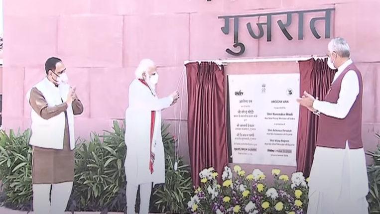 PM मोदी का गुजरात दौरा शुरू, केशुभाई को दी श्रद्धांजलि, 21 विकास कार्यों का हो रहा उद्घाटन