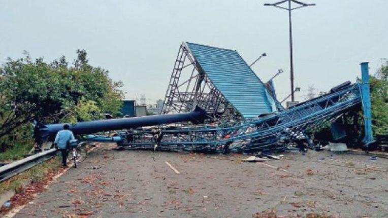 उड़ान पुल से होर्डिंग गिरा, 1 जख्मी, नागरिकों में खौफ