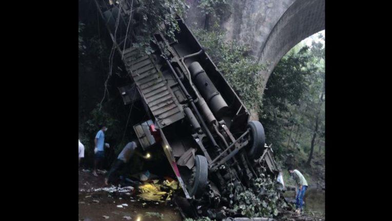 निजी लग्जरी बस पुल से गिरी, 6 की मौत