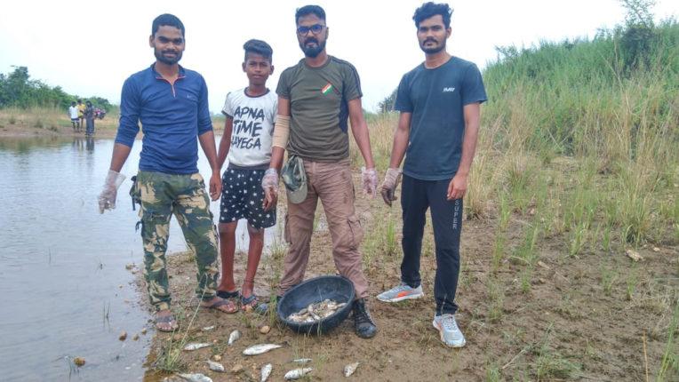 स्वैब नेचर केयर के सदस्यों ने की तालाब की सफाई