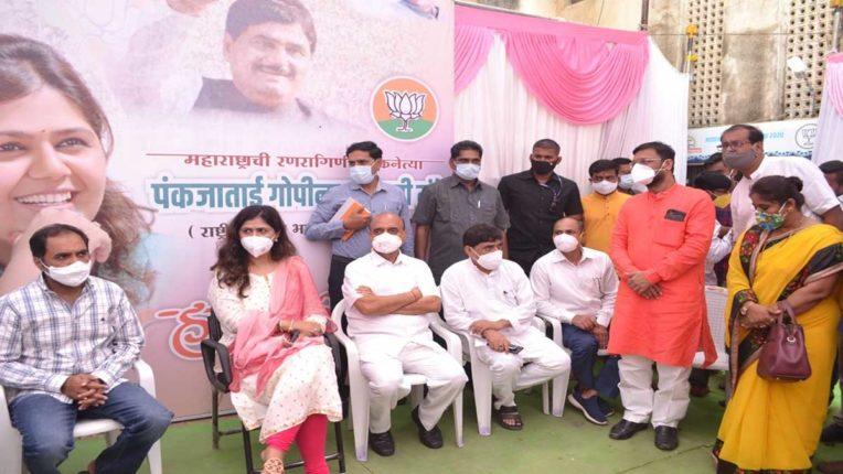 पंकजा मुंडे ने किया भाजपा के स्नातक चुनाव कार्यालय का दौरा