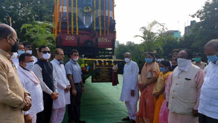 केंद्रीय राज्यमंत्री संजय धोत्रे की उपस्थिति में अकोला रेल्वे स्टेशन परिसर में चंद्रभागा रेल इंजन एवं 120 फीट ऊंचे ध्वजस्तंभ का लोकार्पण