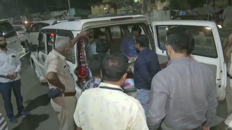 आईटी का कांग्रेस मुख्यालय पर मारा छापा, बाहर खड़ी गाडी में मिले साढ़े आठ लाख रुपए