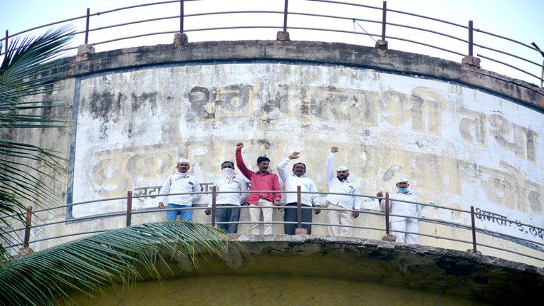 शोले स्टाइल में आंदोलन, पानी की टंकी पर चढ़े 8 किसान