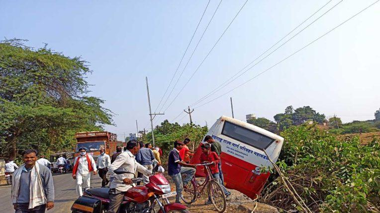 एसटी बस पलटी, 15 यात्री मामूली रूप से घायल