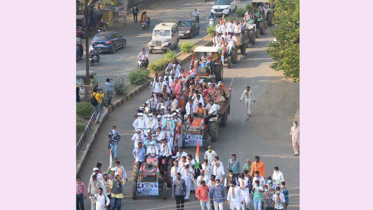 कांग्रेस ने निकाली ट्रैक्टर रैली