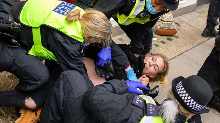 लंदन में लॉकडाउन के विरोध में प्रदर्शन कर रहे 150 से अधिक लोग गिरफ्तार