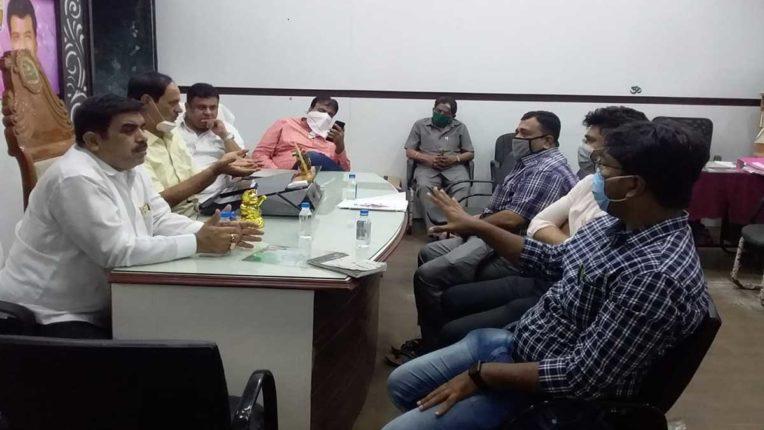 मनपा के नेता प्रतिपक्ष ने की प्रभाग अधिकारियों के साथ बैठक