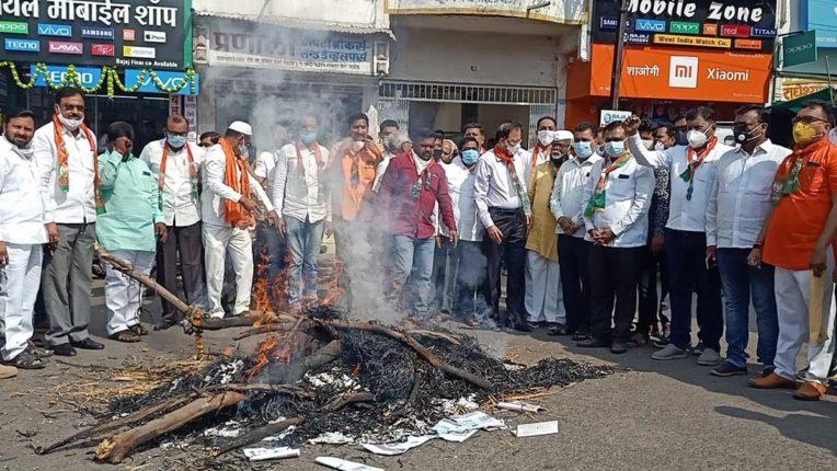भाजपाइयों ने किया भारी भरकम बिजली बिल का विरोध