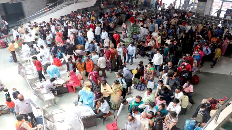 रेलवे स्टेशनों पर लगी लंबी कतारें, जांच में 10  पॉजिटिव मरीज मिले