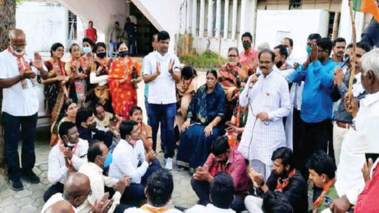 ऊर्जामंत्री के  पुतले को पीटा,BJP ने जताया तीव्र आक्रोश
