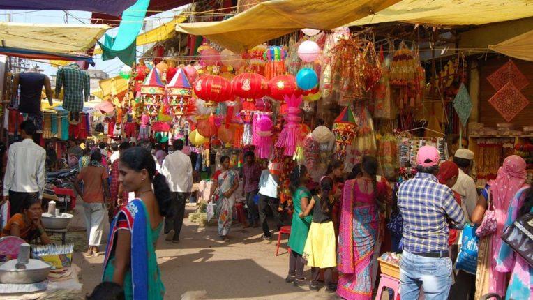 लक्ष्मी पूजन की तैयारी में जुटे लोग, वस्तुओं की खरीदारी के लिए उमड़ी भीड़