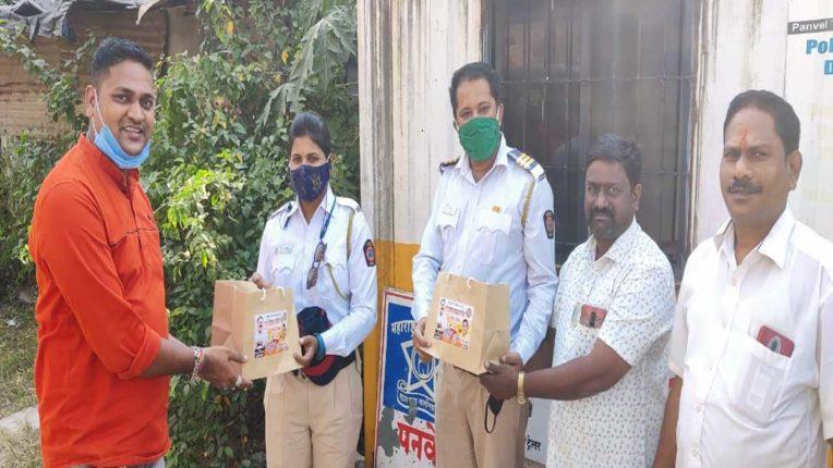 राजे प्रतिष्ठान कामगार सेना ने पुलिसकर्मियों को दिए दीपावली उपहार