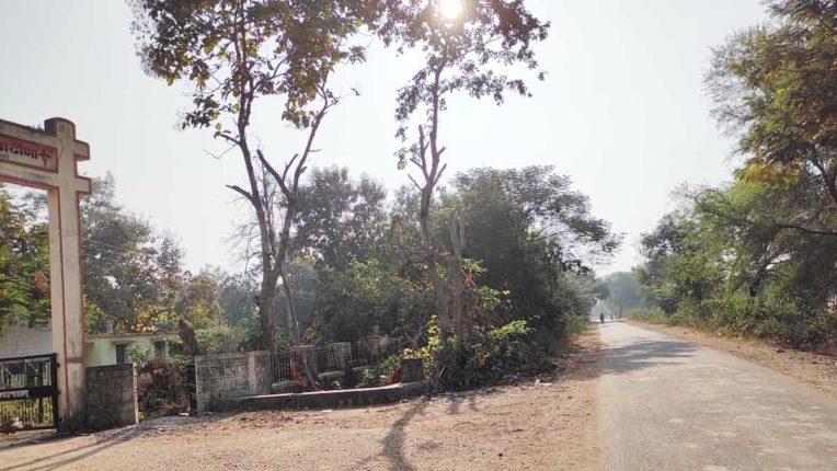 निर्मल गांव में फैल रही है गंदगी, प्राथमिक स्वास्थ्य केन्द्र को भी नहीं बख्शा