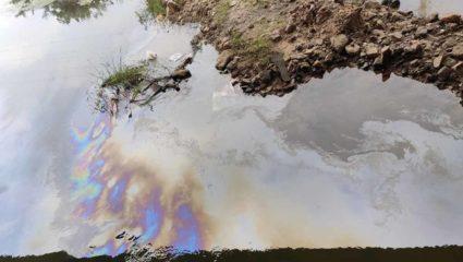 तेल छोड़ने से इरई नदी प्रदूषित, पानी के सतह पर तेल की लेयर