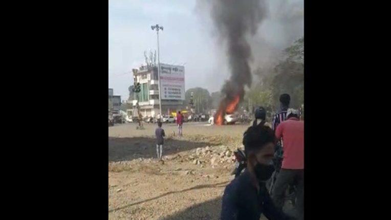 जलगांव में कार में लगी आग