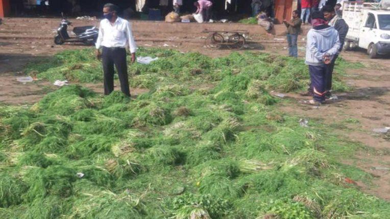 मंडी समिति में सब्जियां फेंककर लौटे किसान