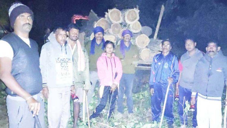 गुमल्लकोंडा नदी घाट से 17 सागवान लठ्ठे जब्त