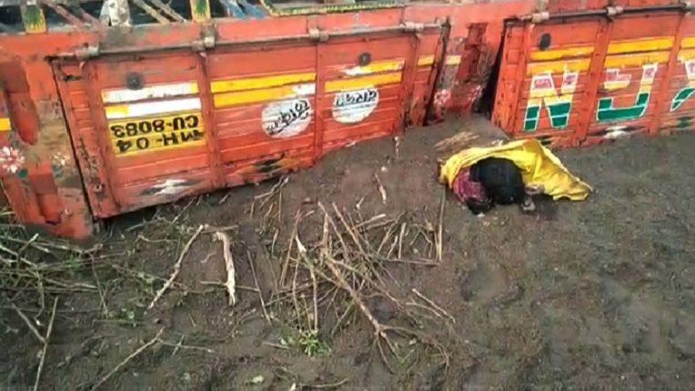 अवैध रेत ले जा रहा ट्रक पलटा, एक की मौत