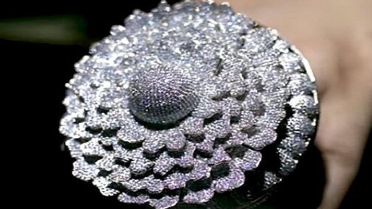 8 लेयर वाली फूल-नुमा डिज़ाइन की इस रिंग में छोटे और खूबसूरत हीरे लगे हैं जो इसे और भी यूनिक बनाते हैं।