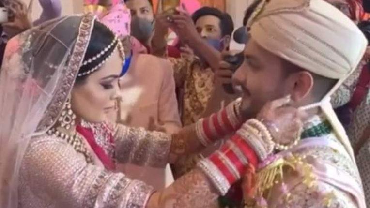 aditya-narayan-and-shweta-aggarwal-wedding-singers-pyjama-tore-during-varmala