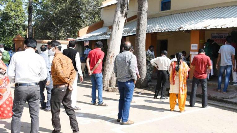 लाहेरी पुलिस थाने का प्रयास, आधार केंद्र का लाभ ले रहे आदिवासी