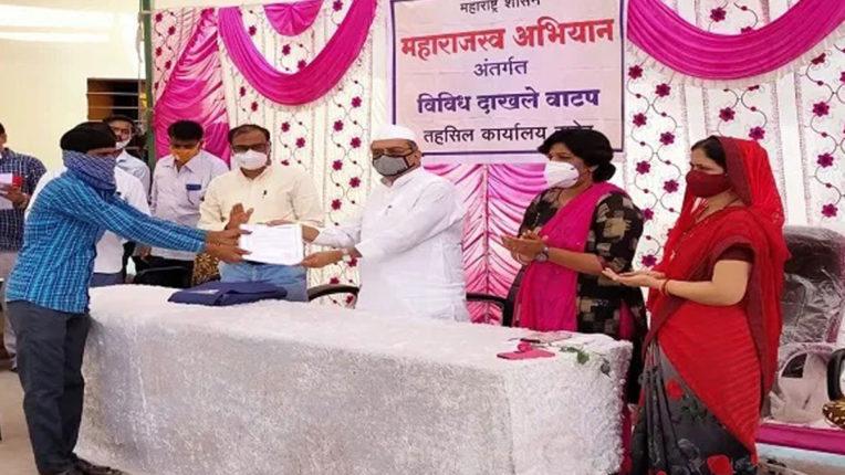 राजस्व विभाग का महाराजस्व अभियान, गांव जाकर बांटे सरकारी प्रमाण-पत्र