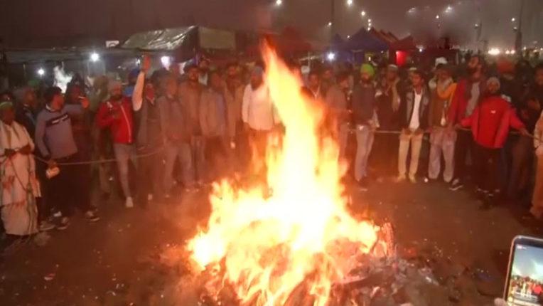 किसानों ने आंदोलन किया तेज, कृषि कानूनों की प्रतियां जलाकर मनाई लोहड़ी