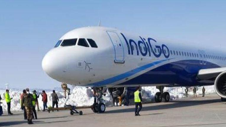 श्रीनगर एयरपोर्ट में बड़ा हादसा, यात्रियों से भरा प्लेन बर्फ से टकराया