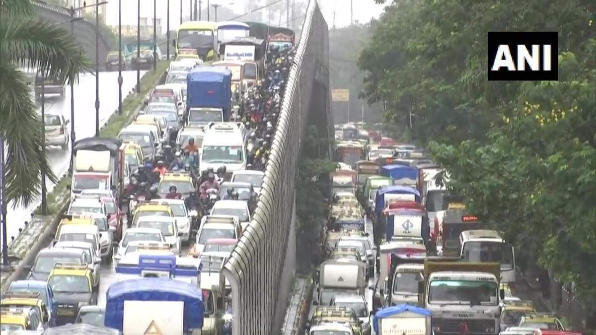 Large container stuck under Mumbai's bridge, long traffic jam, see photos