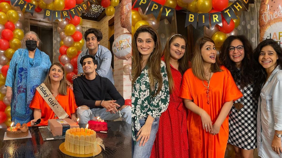 Urvashi Dholakia celebrated birthday with family, TV celebs also joined in this style: टीवी की पॉपुलर अदाकारा उर्वशी ढोलकिया (Urvashi Dholakia) ने बीते दिन अपने परिवार और खास दोस्तों के साथ शानदार तरीके से अपना जन्मदिन मनाया। इस बर्थडे की कुछ तस्वीरें अभिनेत्री ने अपने सोशल मीडिया अकाउंट पर फैंस के लिए शेयर किया है। उर्वशी ढोलकिया की इस बर्थडे पार्टी में टीवी के कुछ सेलेब्स भी शामिल होते दिखाई दिए। इसमें सुमोना चक्रवर्ती भी एक नाम हैं। यह सभी उर्वशी के बर्थडे सेलिब्रेशन के दौरान काफी उत्साहित नजर आए। सभी ने उर्वशी ढोलकिया के साथ अपनी खूब तस्वीरें भी खिंचवाई। देखें जन्मदिन सेलिब्रेशन की ये कुछ खास तस्वीरें- (फोटो साभार- @ Urvashi Dholakia)