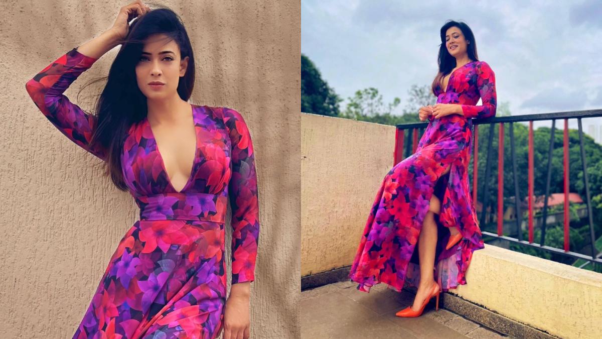 Shweta Tiwari Looks Ravishing in pink dress: 'कसौटी जिंदगी की' (kasauti zindagi ki) से दर्शकों के दिलों में अलग पहचान बनाने वाली अभिनेत्री श्वेता तिवारी (Shweta Tiwari) सोशल मीडिया पर अक्सर अपनी बोल्ड तस्वीरें पोस्ट कर फैंस को दीवाना बनती नजर आती हैं। ऐसे में अभिनेत्री की कुछ लेटेस्ट तस्वीरें फैंस के बीच खूब वायरल हो रही हैं। इन तस्वीरों में श्वेता तिवारी पिंक ड्रेस में बेहद ग्लैमरस दिखाई दी। पिंक ड्रेस के साथ अभिनेत्री ने लाइट मेकअप किया है। फैंस के लिए अदाकारा ने एक के बाद एक कई तस्वीरें सोशल मीडिया पर पोस्ट की हैं। इन तस्वीरों को फैंस से खूब प्यार मिल रहा है। देखें इन तस्वीरों को- (फोटो साभार- @ Shweta Tiwari)